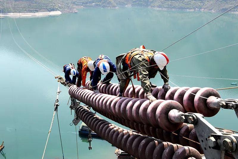 高空作业人员在防坠器钢丝绳的保护下作业.jpg