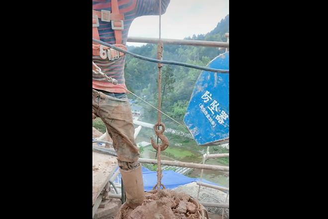 防坠器使用挖桩高空作业中.png
